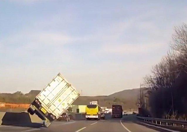 Caminhoneiro experiente evita acidente com truque de filme de ação