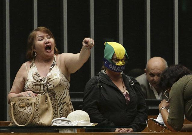 Demonstrantes nos protestos anticorrupção na Câmara dos deputados do Brasil.