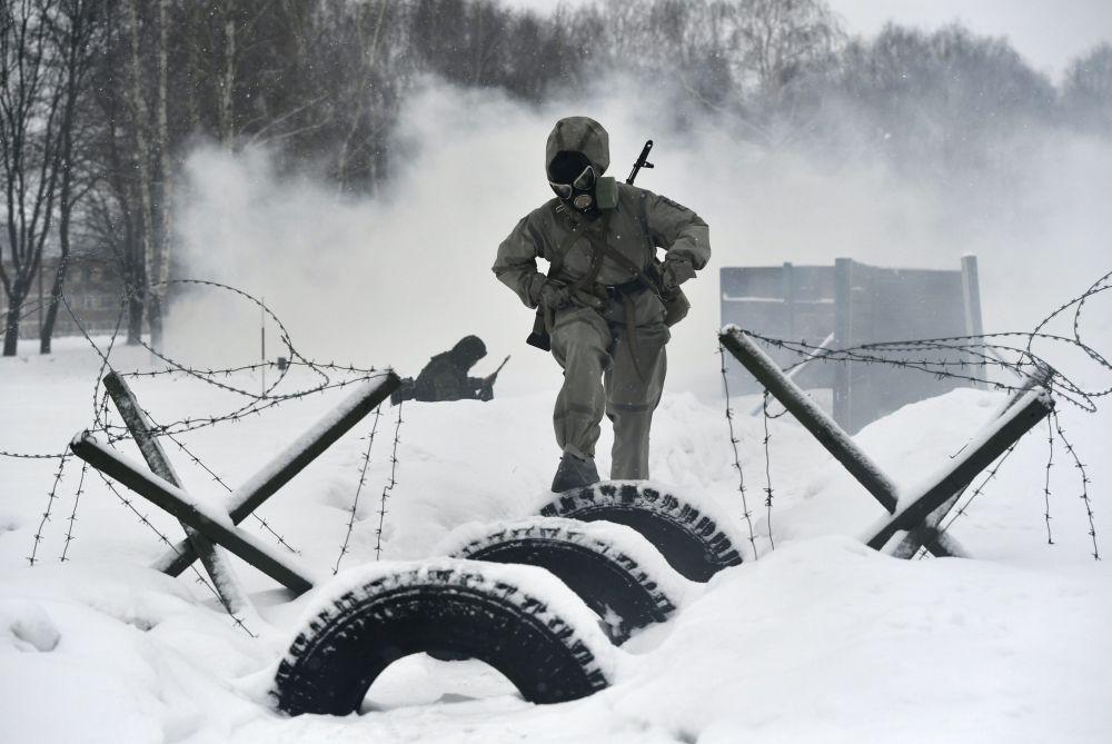 Participante atravessa uma pista de obstáculos durante o concurso de beleza e profissional entre mulheres militares das forças de mísseis estratégicos na região de Yaroslavl, na Rússia