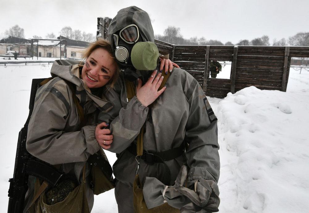 Participantes depois da prova da pista de obstáculos no concurso de beleza e profissional entre mulheres militares das forças de mísseis estratégicos