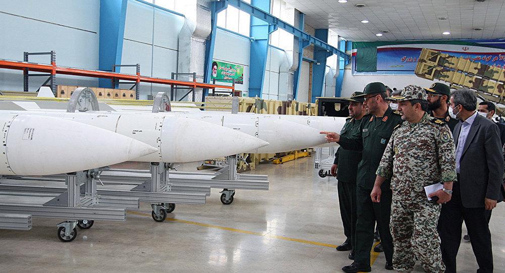 Hossein Dehqan, ministro da Defesa do Irã, visita o local de produção de mísseis Sayyad-2 (Arquivo)