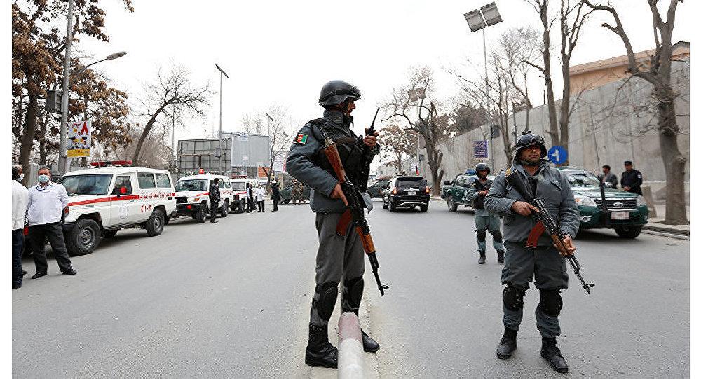 Policiais afegãos perto do local do atentado em Cabul, Afeganistão