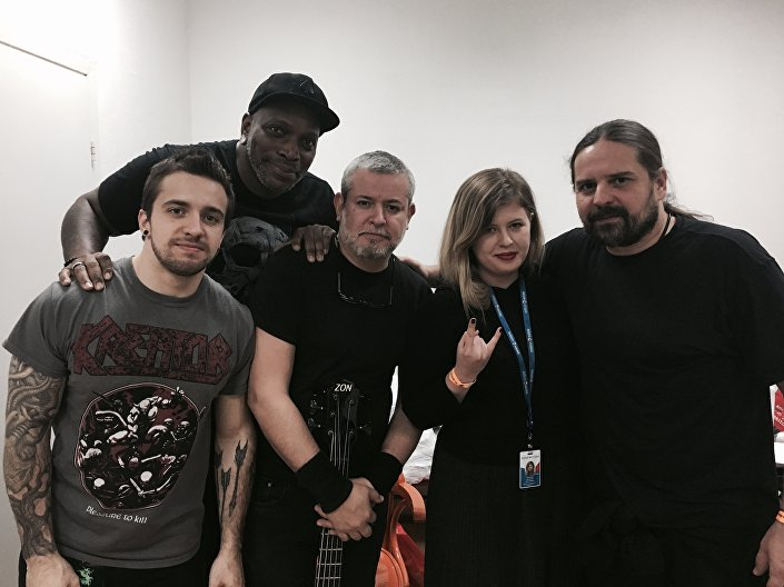 A correspondente da Sputnik Brasil com a banda Sepultura antes do show em Moscou, em 7 de março de 2017