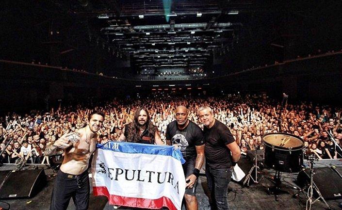 A banda Sepultura dando seu último show da turnê europeia em Moscou, em 7 de março, na arena Stadium Live
