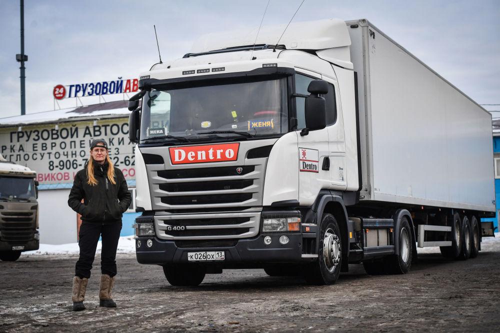 A motorista de caminhão de longo curso Yevgenia Makarova