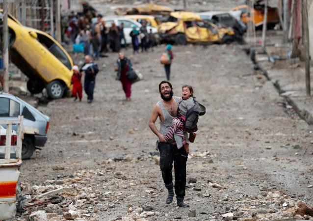 Um homem chora carregando a sua filha fugindo em direção das forças especiais iraquianas na parte de Mossul controlada pelo Daesh (proibido na Rússia), 4 de março de 2017