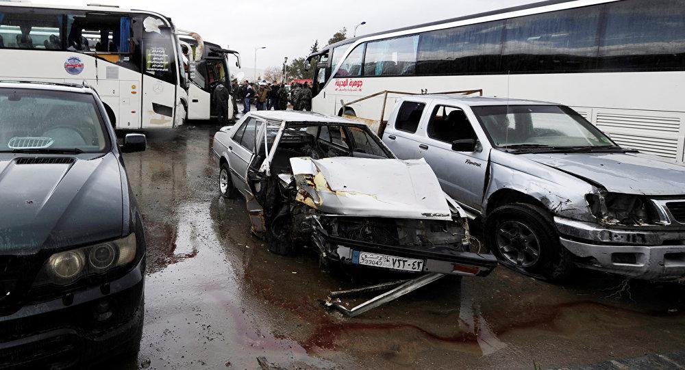 Veículos destruídos pelas explosões que deixaram mais de 40 mortos no último sábado, 11 de março de 2017, em Damasco
