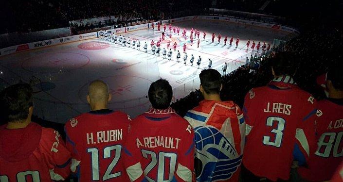Jogadores do Lokomotiv Rio assistem a uma partida na Arena 2000, em Yaroslavl