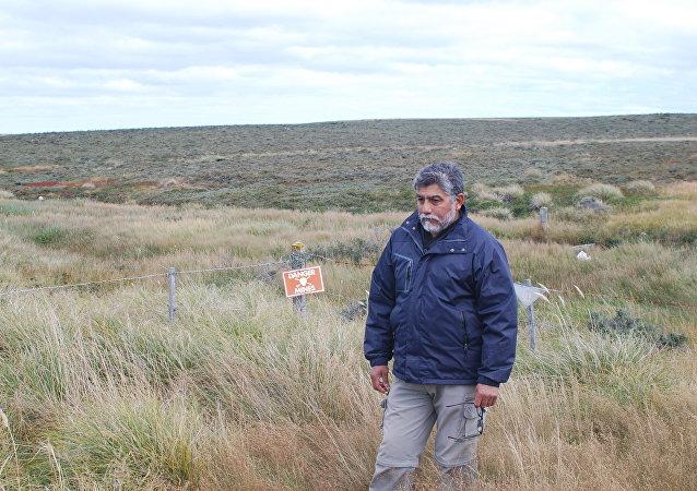 Ex-combatente Armando González em um campo minado pelo exército argentino durante a Guerra das Malvinas