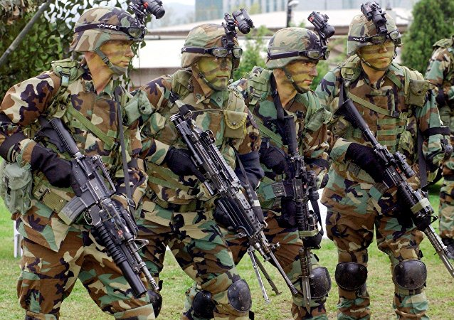 Soldados das Forças dos Estados Unidos na Coreia (USFK) demonstram equipamento na base militar de Yongsan, em Seul. (Arquivo)