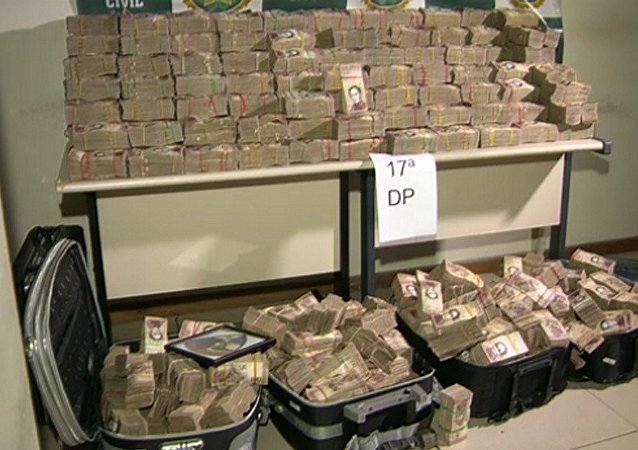 Os R$ 12 milhões estavam escondidos em malas dentro de dois carros na favela do Caju, na Zona Norte do Rio