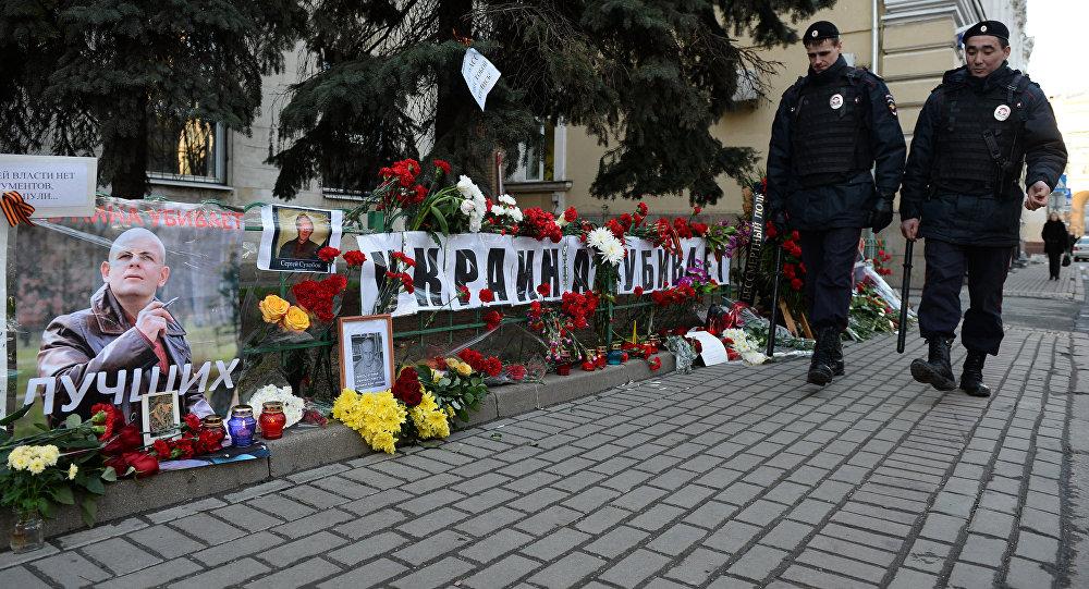 Flores e velas na frente da embaixada da Ucrânia em Moscou