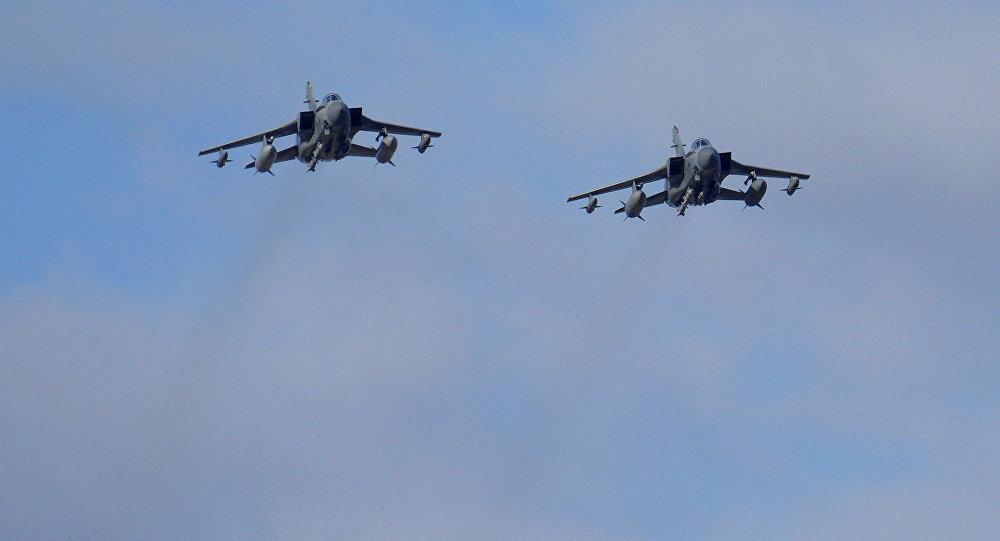 Dois aviões de guerra britânicos - Tornados - sobrevoam base aérea britânica de Akrotiri, localizada perto da cidade costal de Limassol, Chipre, ao voltar de um ataque aéreo contra alvos do Daesh na Síria