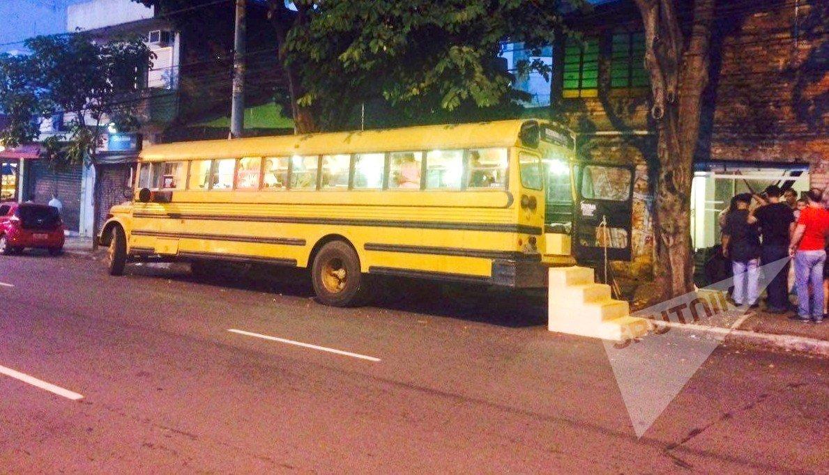 Rizomamóvel estacionado em São Paulo de portas abertas recebendo os visitantes da loja