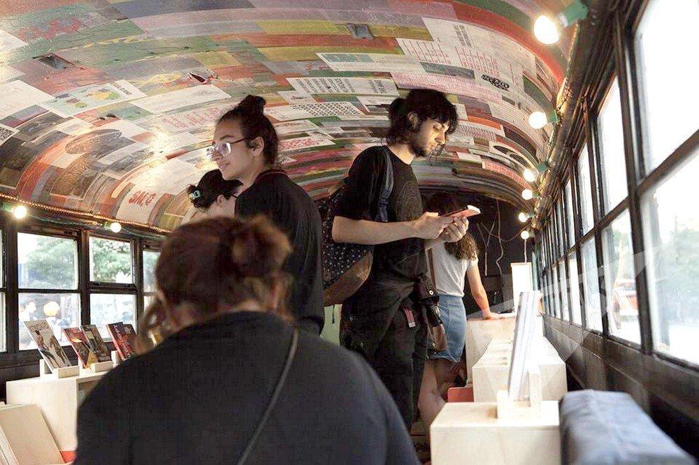 Dentro do booktruck os visitantes encontram estantes com uma variedade de livros