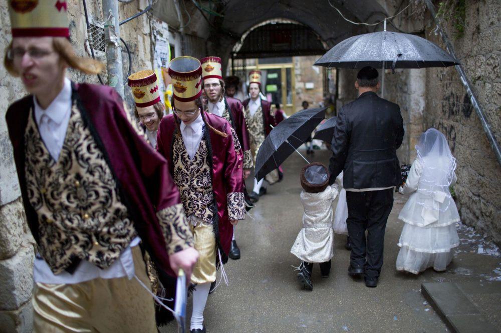 Judeus ultraortodoxos durante festejo religioso Purim em Jerusalém