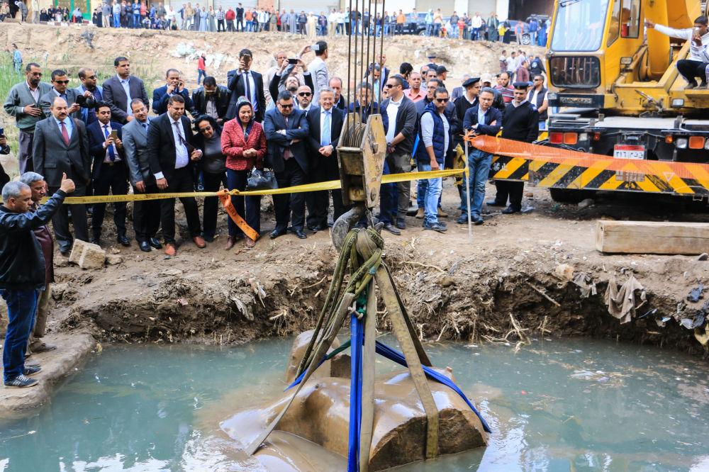 Extração das águas subterrâneas de fragmentos da estátua do faraó Ramsés II no Egito