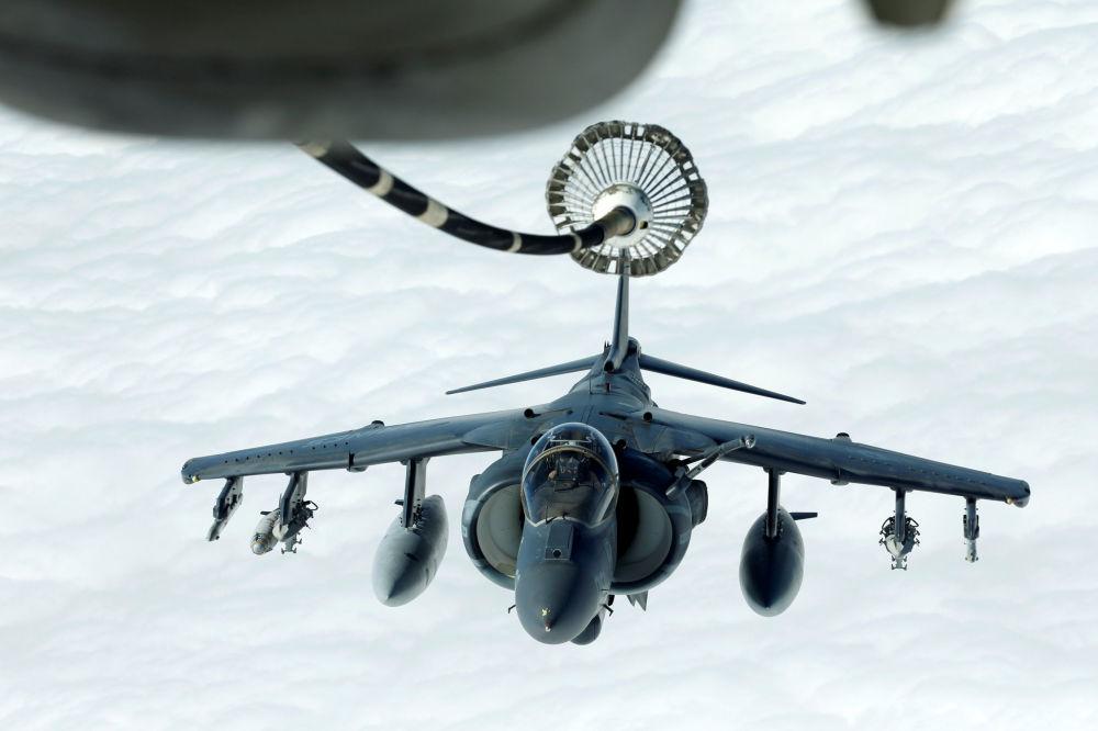 Avião de assalto Harrier AV-8B durante o reabastecimento em voo realizado por um avião McDonnell Douglas KC-10