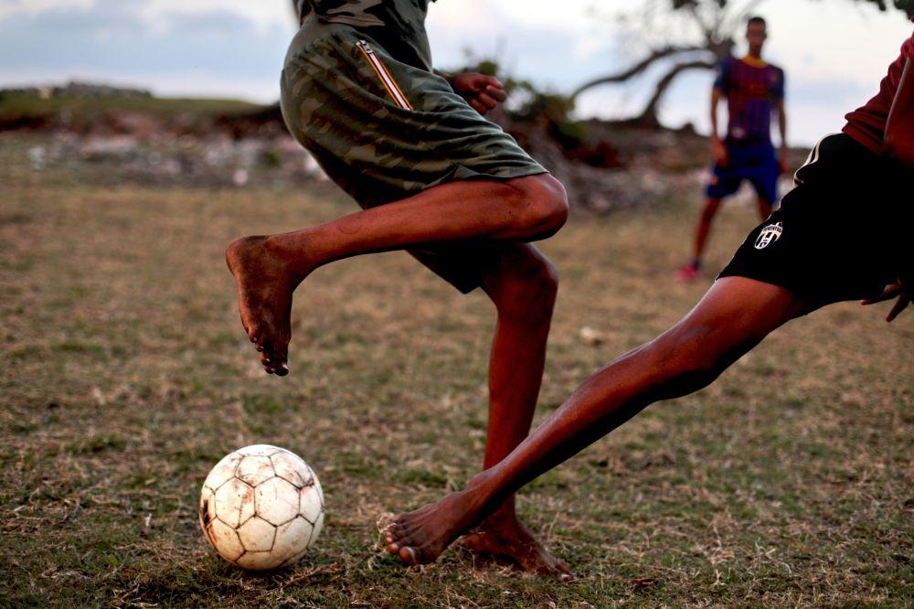 Cubanos jogam bola no estádio de basebol de Baracoa