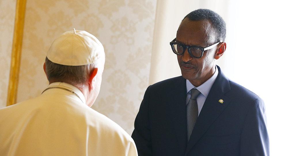 Papa Francisco dá boas-vindas ao presidente de Ruanda, Paul Kagame, antes de uma reunião no Vaticano, 20 de março de 2017.