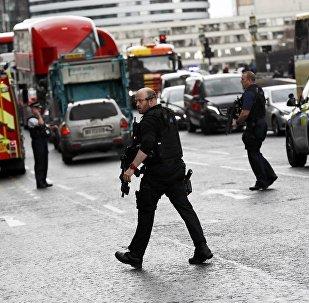 Polícia britânica guarda o perímetro perto do parlamento do Reino Unido após tiroteio, ataque com faca e atropelamento de várias pessoas em 22 de março de 2017