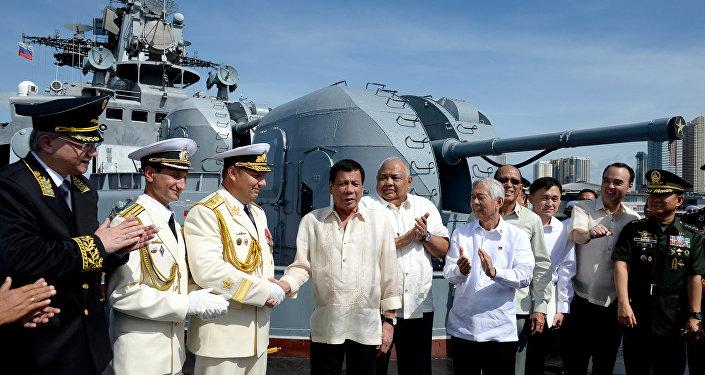 Presidente das Filipinas, Rodrigo Duterte, visita o contratorpedeiro russo Admiral Tributs, em Manila, 06.01.2017