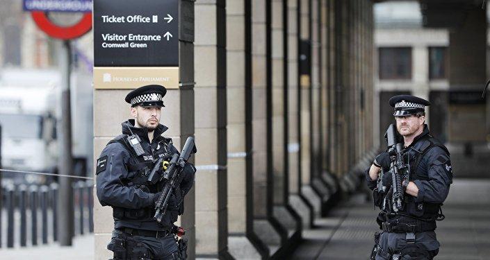 Agentes da polícia de Londres patrulham as ruas da cidade um dia após os ataques de Westminster