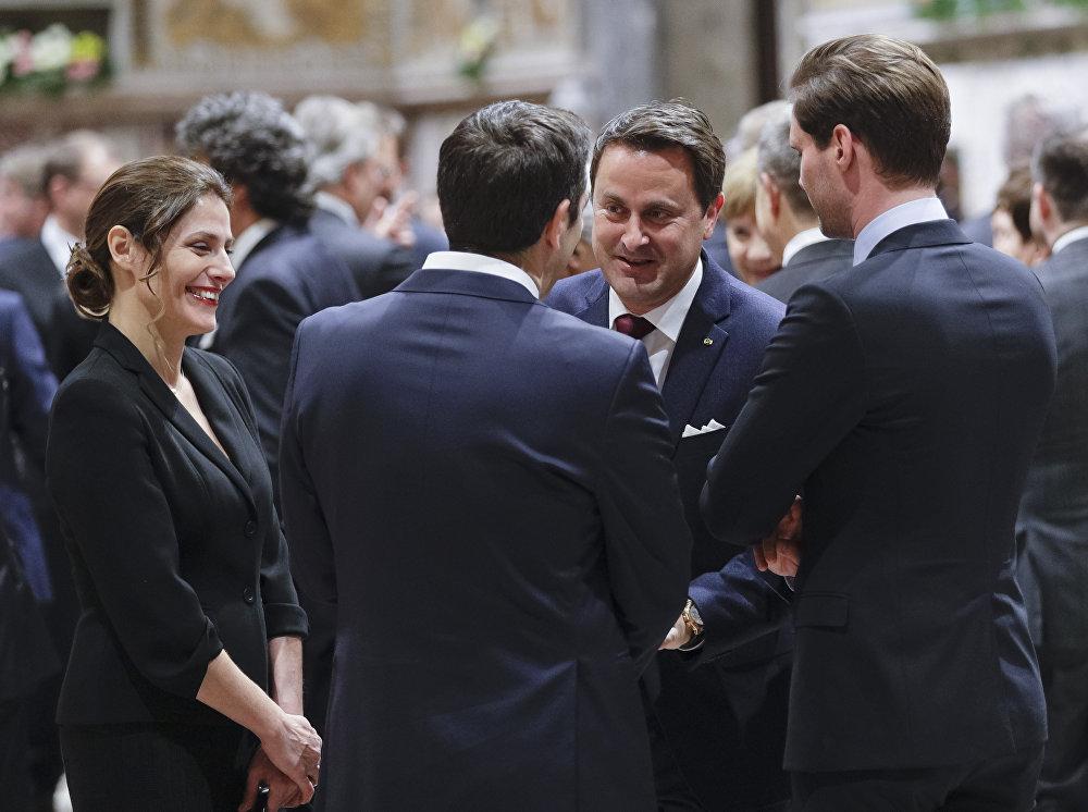 O premier de Luxemburgo, Xavier Bettel, e seu marido, Gauthier Destenay, falam com o líder grego, Alexis Tsipras, e sua esposa, Peristera Bazianaan