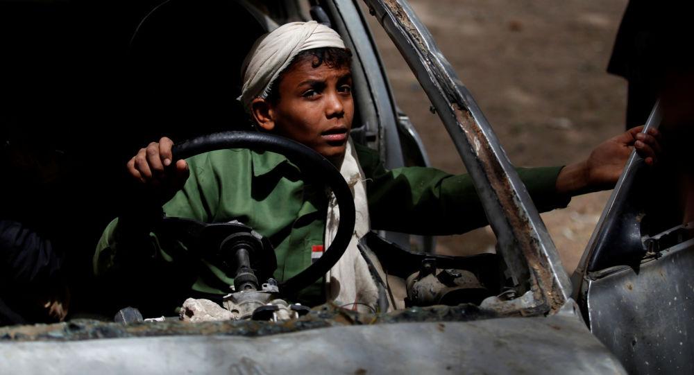 Moço brinca com um automóvel abandonado em um dos orfanatos em Sanna, no Iêmen