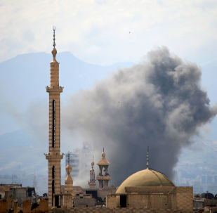 Fumaça após um alegado ataque aéreo nos bairros controlados por rebeldes no Leste de Damasco, na Síria