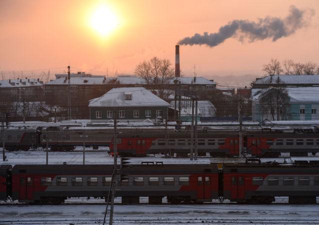 Comboios estacionados em uma das estações da ferrovia Transiberiana que liga a Rússia Europeia com as províncias do Extremo Oriente Russo, Mongólia, China e o mar do Japão (também conhecido como mar do Leste)