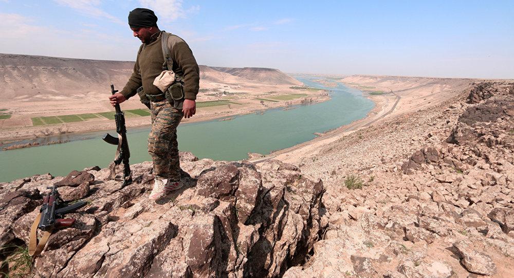 Um combatente das Forças Democráticas da Síria (FDS) perto do rio Eufrates, ao norte de Raqqa, em 8 de março de 2017