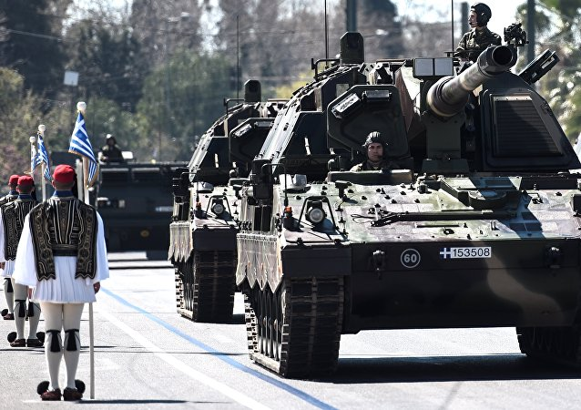 Militares desfilam pelas ruas de Atenas em comemoração ao Dia da Independência da Grécia (arquivo)