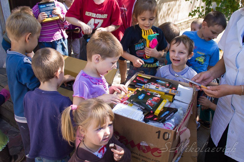Mariana Naumova destribui presentes em um jardim de infância no Leste da Ucrânia