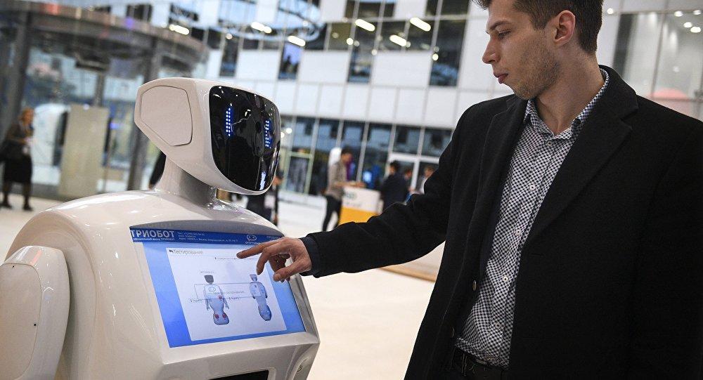 O sistema automático russo do modelo Promobot v.3 em ação