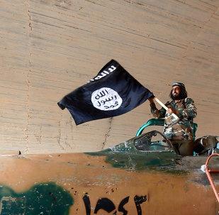 Militante do Estado Islâmico acena sua bandeira de dentro de um avião de combate capturado do governo na batalha pela base aérea de Tabqa, na Síria