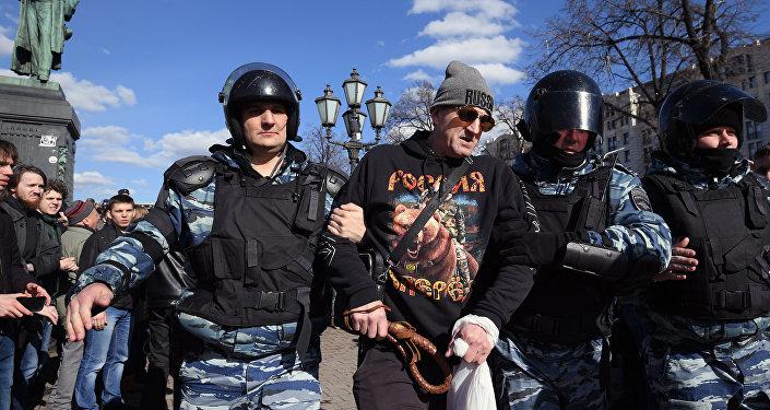 Participantes de protestos não autorizados que decorreram em Moscou no dia 26 de março de 2017