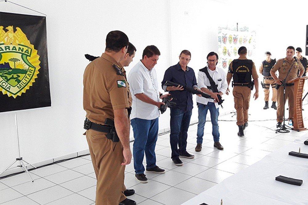 Com o apoio da Acils, polícias Civil e Militar receberam os fuzis e a metralhadora na sede da Associação Comercial