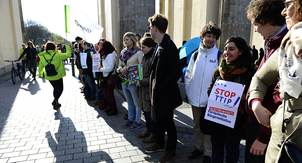 Milhares de pessoas protestam em Berlim contra acordo comercial com EUA