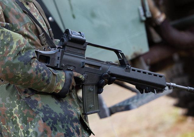 Soldado alemão com o fuzil de assalto Heckler & Koch G36 em um campo de treinamento militar perto de Weisskeissel, Alemanha