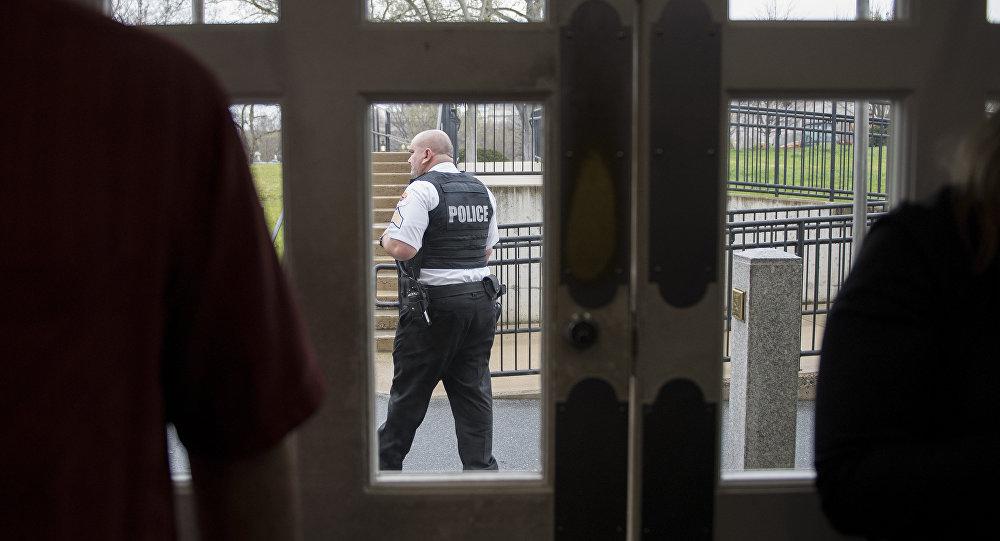 Agente do Serviço Secreto caminha em frente à sala de imprensa da Casa Branca enquanto especialistas examinam pacote suspeito na região