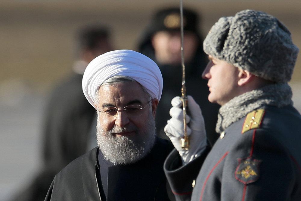 O presidente iraniano Hassan Rouhani, recepcionado pela guarda de honra logo após a sua chegada ao aeroporto Vnukovo II em Moscou, Rússia.