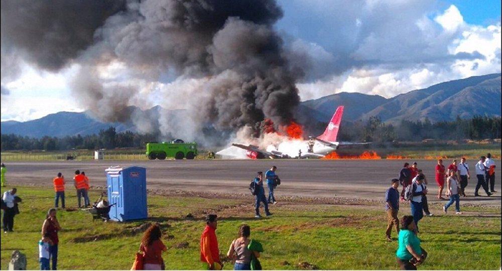 Avião da Peruvian Airlines pega fogo na pista de pouso de aeroporto em Jauja, Peru - 28 de março de 2017