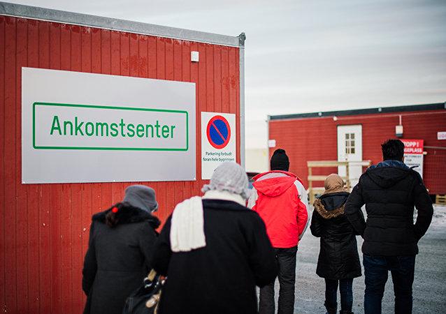 Refugiados entram no centro de chegada para refugiados perto da cidade de Kirkenes, norte da Noruega