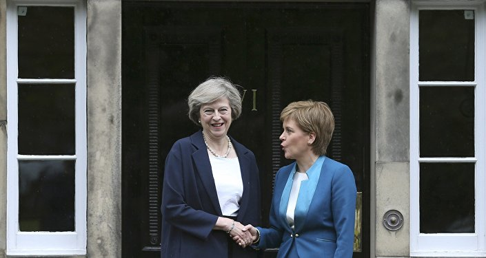 Nicola Sturgeon, primeira-ministra da Escócia, e a premiê britânica Theresa May