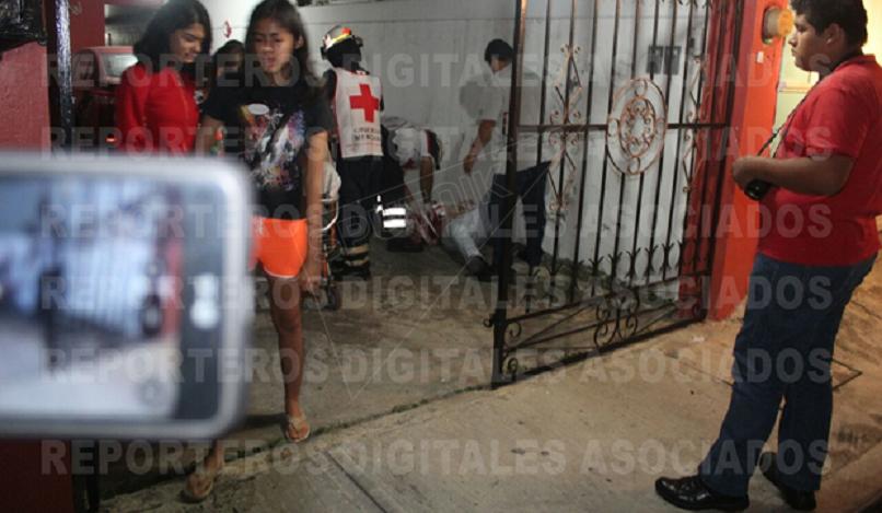 Imagem forte mostra momento em que o jornalista é socorrido por paramédicos, depois de sofrer um pesado tiroteio.
