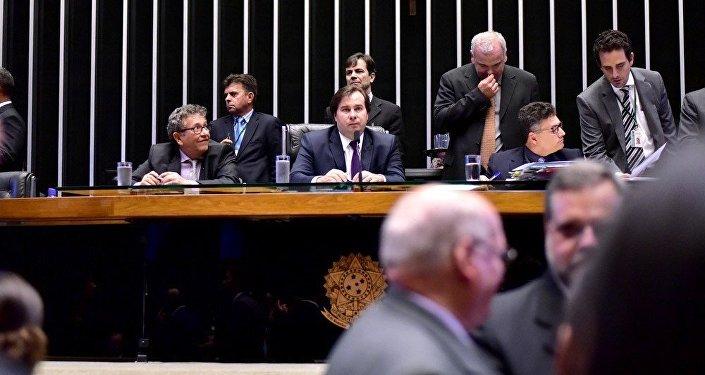 Maia diz não há motivos para uma nova votação do texto na Câmara e projeto anticorrupção segue para o Senado