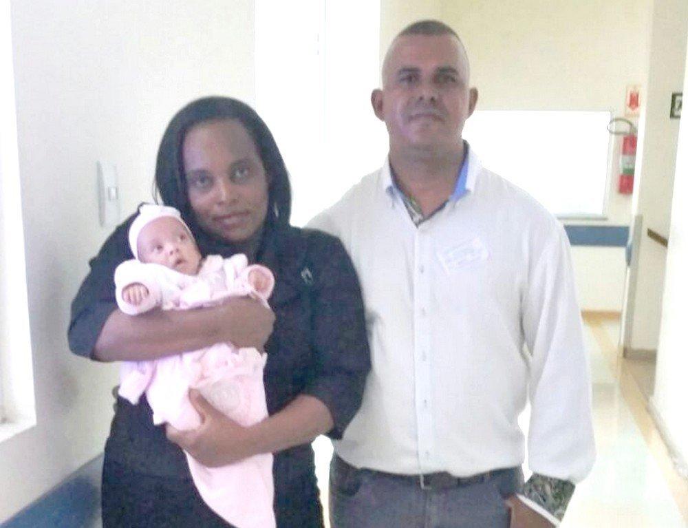 Depois de cinco meses de internação, a pequena Alice seguiu para casa com os pais
