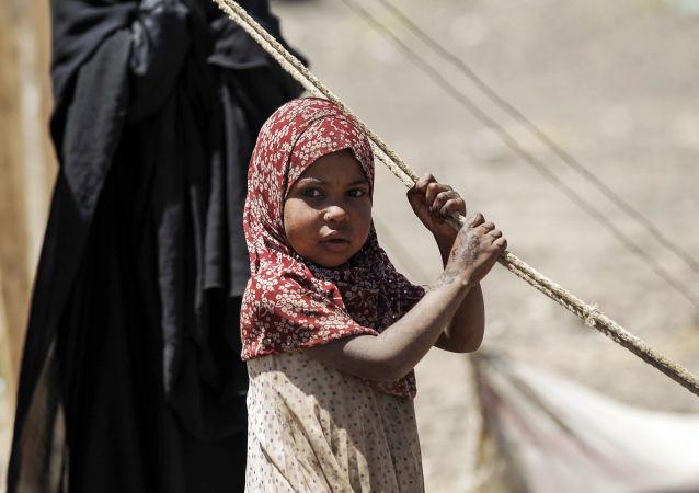 Criança iemenita espera pela ajuda humanitária russa num campo em Saná, março de 2017