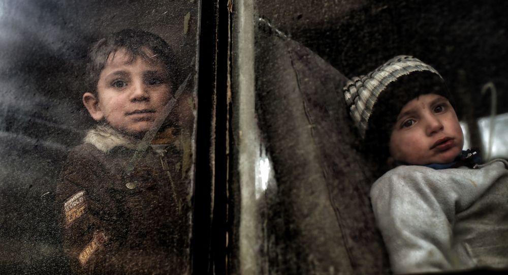 Crianças deslocadas são evacuadas de Mossul Ocidental durante uma ofensiva em Mossul no Iraque contra os jihadistas, março de 2017